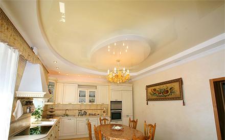 Глянцевый натяжной потолок на кухне фото